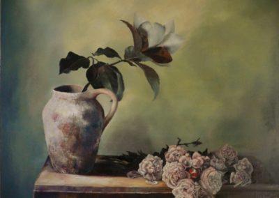 Vaso con magnolia e rose